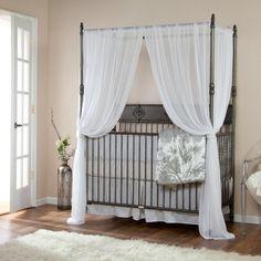 cortinas blancas y cama acero moderna