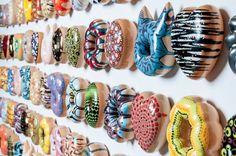 Le céramiste sud-coréen Jae Yong Kim, vient de réaliser cette série de sculptures, nommée « Donut Worry Be Happy » (joli jeu de mots) qui représente le dessert mythique de la pop-culture, le Donut. Ces dizaines de pièces uniques, semblent plus vraies que nature avec leur glaçage brillant et coulants. Dans ses réalisations, Jae Yong Kim intègre des références aux grands maîtres de l'art, comme Jackson Pollack ou Yayoi Kusama.