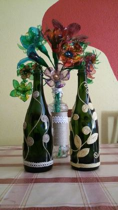 Botellas decoradas y ramo hecho con botellas de plástico