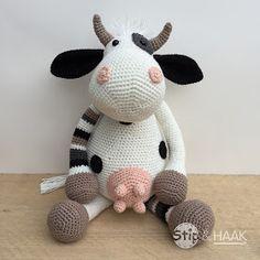 Koe Dora pattern by Stip & Haak - Amigurumi Crochet Animal Patterns, Stuffed Animal Patterns, Crochet Patterns Amigurumi, Amigurumi Doll, Crochet Animals, Crochet Cow, Crochet Teddy, Cute Crochet, Crochet Yarn