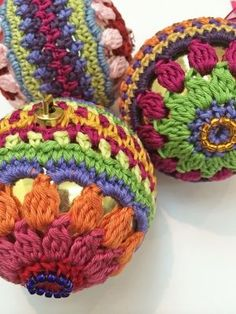 New Christmas Bauble Pattern. Christmas Wreath step by step guide.