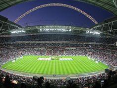 Duro encuentro el que se vivió ayer entre las selecciones de Inglaterra y España en el Estadio de Wembley (Londres) donde, ante cercade 90.000 espectadores, la selección inglesa puso en graves apuros a los jugadores del seleccionador Lopetegui. El vacío que se creóen el centro del campo y los errores en la salida de balón durante buena parte del encuentro pudieron condenar a los españoles desde el primer tiempo con los goles de Lallana de penalti en el minuto 8 y de Vardy nada más comenzar…