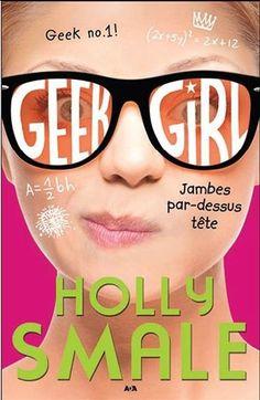 Geek girl. 5, Jambes par-dessus tête / Holly SMALE - « Je m'appelle Harriet Manners, et j'ai des amis. » Eh oui, c'est officiel : j'ai désormais ma bande. Ma meute, mon gang, ma confrérie. Un groupe de cinq joyeux compères inséparables comme le Club des Cinq ou la bande de Scoubidou, sauf qu'aucun d'entre nous n'est un grand chien marron. Pour la première fois de ma vie, je fais partie d'une équipe où j'ai parfaitement ma place, où je peux tout organiser, tout prévoir, tout contrôler.