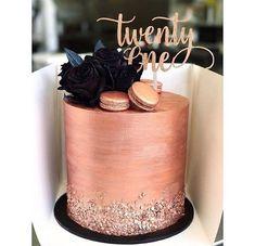 Wow, I love this Rose gold birthday cake! 🖤❤️ - - 21st Cake, 21st Birthday Cakes, Gold Birthday Cake, Designer Birthday Cakes, Birthday Cake Designs, Birthday Ideas, Elegant Birthday Cakes, Custom Birthday Cakes, Beautiful Birthday Cakes