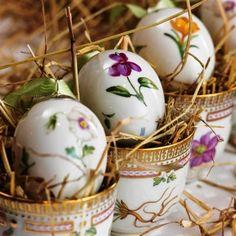 FLORA DANICA by Royal Copenhagen~ Cachepots with matching porcelain egg. Happy Easter, Easter Bunny, Easter Eggs, Flora Danica, Diy Ostern, Easter Parade, Egg Art, Egg Cups, Royal Copenhagen