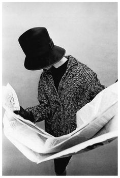 Jean Shrimpton reading in New York City. Photographed by David Bailey for Vogue, In the 1962 British Vogue portfolio that skyrocketed her career, Jean Shrimpton wandered the arcades and avenues. Jean Shrimpton, Groucho Marx, Moda Vintage, Vintage Vogue, Vintage Style, Vintage Hats, Dandy, David Bailey, English Fashion