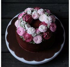 Flores de crema en pastel de chocolate
