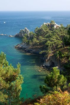 visit to the Virgin Island on the Cap de la Chèvre. Great Places, Places To See, Beautiful Places, Places Around The World, Around The Worlds, Brittany France, Ville France, Secluded Beach, Hidden Beach