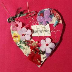 """61 likerklikk, 1 kommentarer – Jane Monica Tvedt (@empireofheart) på Instagram: """"Kjærligheten/LOVE #janemonicatvedt #textil #heart #artjournal #catjournal #handmade #pin #tinyheart…"""""""
