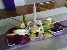 Dekorace z živých květů na vánoční stůl.