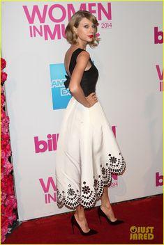 Taylor Swift is Dressed as a Daydream in Oscar de la Renta.