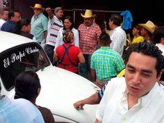 Geovanni Manrique, director operativo de la oficina del gobernador sustituto, Rogelio Ortega (en primer plano y camisa blanca), durante acto de campaña en Acapulco de la candidata del PRD, Beatriz Mojica. Foto: Especial