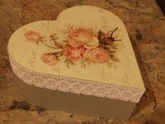 Houten doos hartvorm met servetten en kant