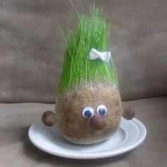 Make your own Grass Head Market Day Ideas, Christmas Diy, Christmas Wreaths, Chia Pet, Flower Pot People, Make Your Own, How To Make, Nature Crafts, Toddler Activities