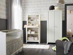 Espacio infantil con cuna blanca, ropero y mueble con cambiador.