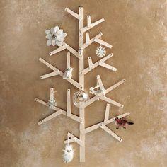 Bastelideen zu Weihnachten-alternativer Tannenbaum aus Holz-Wandschmuck mit Schneeflöckchen