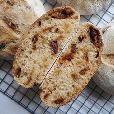 Desembollen met zongedroogde tomaat en olijven / sourdough bread with sundried tomatoes and olives - Het keukentje van Syts