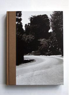 Bosque con lomo rojo que entra en la portada. Imaginar en rojo. El título podría aparecer en la carretera. Me imagino el libro así y me gusta.