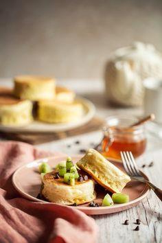 Les fluffy pancakes sont originaires du Japon, à mi chemin entre les pancakes et un soufflé. C'est l'ajout de blancs en neige dans la pâte qui donne cette texture si aérienne. Une vraie gourmandise ! Pancake Dessert, Fluffy Pancakes, Crepes, Texture, Ethnic Recipes, Desserts, Recipes, Pancake Ideas, Snow