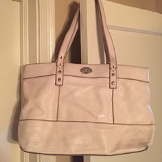 Fossil White/Cream Shoulder Bag or Tote Fossil Sydney bag! Looks super cute in the spring and summer. Well loved condition, but still has some life left in it! Interior stain and some markings on the bottom of the front and back. Two interior pockets, one zipper interior pocket, and one exterior pocket for your cell phone or keys! Feel free to ask any questions. Fossil Bags Shoulder Bags