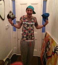 いいね!158件、コメント7件 ― Tom Hardyさん(@sirthomashardy)のInstagramアカウント: 「So many hats to choose from 😄😜 #tomhardy #hardy #silly #tomhardypics #funny #actor #rocknrolla…」
