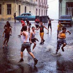 Cuba!!! Como extraño los aguaceros y los juegos en las calles.Esto si es felicidad!!! ;)