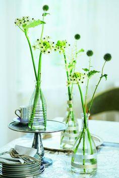 Zarte Gräser und Blumen vereinzelt in Glasflaschen stellen. Mit Masking-Tape bekleben burdafood.net/Gaby Zimmermann.jpg http://www.meine-familie-und-ich.de/