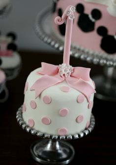 Minnie cake Could be used for the smash cake at a Birthday Bolo Minnie, Minnie Cake, Minnie Mouse, Pretty Cakes, Beautiful Cakes, Amazing Cakes, Cupcakes, Cupcake Cakes, Mini Tortillas