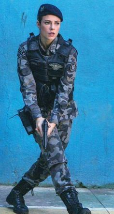 Fighter Girl Gun for women singles in cape town . Military Girl, Military Police, Mädchen In Uniform, Military Women, Military Female, Female Soldier, Warrior Girl, Girls Uniforms, Girls Rules