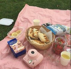 A picnic with you & only you please on we heart it summer aesthetic, aesthetic Picnic Date, Summer Picnic, Spring Summer, Summer Aesthetic, Aesthetic Food, Pink Aesthetic, Comida Picnic, Pink Images, Chicken And Shrimp