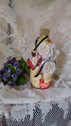 Garrafa Decorada feita de material reciclado: garrafa pet e papel. Garrafa decorado no estilo gala (Shalby Chic), acompanha uma tag para presentear. Garrafa bonita, delicada e muito leve.