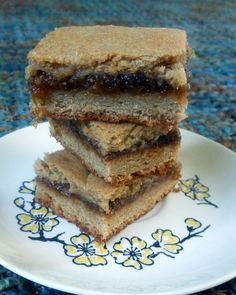 These homemade Fresh Fig Newtons use fresh figs and a cookie dough that has just a hint of orange-- just like the store-bought cookie. Soft, full of fruit. Fig Recipes, Sweet Recipes, Cookie Recipes, Dessert Recipes, Just Desserts, Delicious Desserts, Yummy Food, Sweet Desserts, Cookies