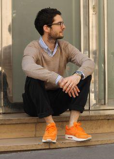 Parfait mélange casual/streetwear avec des sneakers Nike / Pantalon bleu marine / Pull marron / Chemise à carreaux