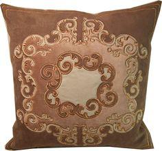 haftowana złotem przez AHA Studio welurowa poduszka z aplikacjami z kolekcji pałacowej. Embroidered pillow