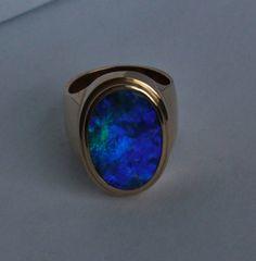 Se vende este anillo. Órdenes de encargo son agradables A la venta este anillo de oro con negro hermoso joya ópalo australiano. Este es el nuevo anillo. Esto es mano única hecha a mano, anillo de inspirado diseño de estilo Imperio. Este es uno de la clase y no se reproducirá nunca. Tiene