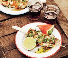 Det är hög imp-faktor att trä torsk och lax med citrongräs som grillspett. Här får fisken asiatisk smak av lime, chili och koriander. Vattenmelon är fräscht att servera till.