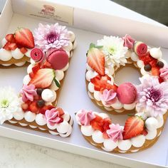 מזל טוב מתוק וורוד #gargeran #macarons #flower #cake #biscuit #meringue #vanilla #cream #strawberry #birthdaycake