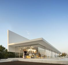 Modern villa located in Valencia, Spain, recently designed by Fran Silvestre Arquitectos. Architecture Design, Spanish Architecture, Minimalist Architecture, Exterior Tradicional, Deconstructivism, White Houses, Diy Garden Decor, House Goals, Minimalist Home