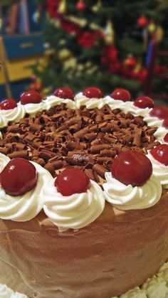 Tort cu visine si ciocolata Dessert Bars, Chocolate Desserts, Pie, Food, Sweets, Torte, Cake, Fruit Cakes, Essen