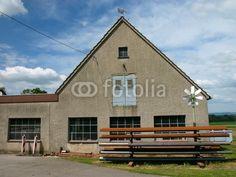 Werkstattgebäude mit spitzem Giebel vor Himmel mit Wolken in Helpup bei Detmold in Ostwestfalen-Lippe am Teutoburger Wald