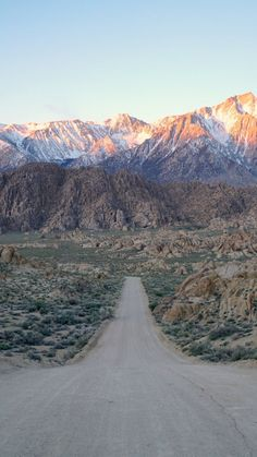 The highlights of this Eastern Sierra & Highway 395 road trip include majestic mountain peaks and unusual natural attractions such as Mono Lake and the Buttermilk Boulders. Allow one week for this driving itinerary. Nature Pictures, Travel Pictures, Mammoth Lakes, Pismo Beach, South Lake Tahoe, The Mountains Are Calling, Road Trip Hacks, Road Trip Usa, California Travel