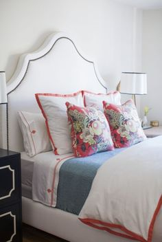 Tips and lots of photo examples for styling/arranging bed pillows
