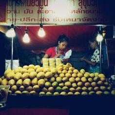 the mango stand #BKK #Bangkok #Krungthep #bigmango #mango #thonglor #soi38 #streetfood #foodcart #portrait Ruben I @ruben_i
