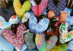 Mit Herzen gegen Schmerzen - das ist ja mal ein wirklich tolles Projekt!! Herzkissen für Brustkrebs-Patientinnen. Wunderschöne Idee!