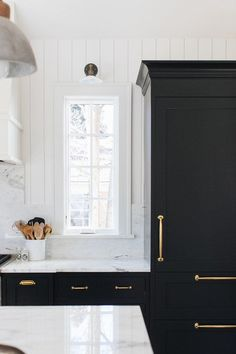 Black Kitchen Cabinets and White Marble Counter Tops Home Design, Küchen Design, Luxury Interior Design, Interior Design Kitchen, Design Ideas, Hall Interior, Interior Rendering, Interior Trim, Modern Interior