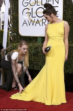 Game of Thrones: Sophie Turner and Maisie Williams attend the 2017 Golden Globes Golden Globe Awards 2017, Maisie Williams Sophie Turner, Game Of Throne Actors, Hollywood Life, Hollywood Stars, Sansa, Daenerys, British Actresses, Film Serie