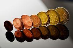 Die Münze. Die Münzen.  Oder: Das Hartgeld.  Hier sieht man viele Euromünzen in einer Reihe.