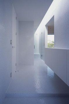 玄関事例:白い丸モザイクタイルの玄関ホール(『コンセント』空間を最大限確保した廊下がない住まい)