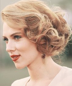 Retro curls, soft make-up