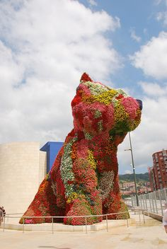 Discover Jeff Koons' Puppy in Bilbo, Spain: Giant topiary dog once played a role in a terrorist bomb plot. Abstract Sculpture, Sculpture Art, Sculptures, Gugenheim Museum, Jeff Koons Art, 21st Century Artists, Guggenheim Bilbao, Contemporary Sculpture, Historical Images